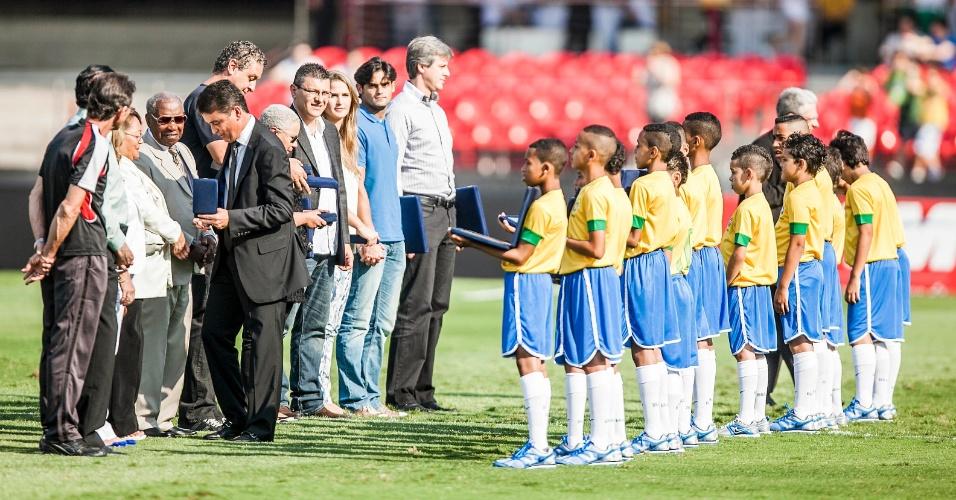 Campeões mundiais em 1958 receberam homenagem antes de jogo da seleção contra a África do Sul