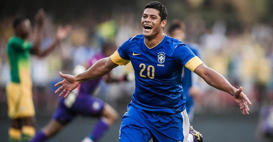 De braços abertos, Hulk vibra após marcar pela seleção contra a África do Sul