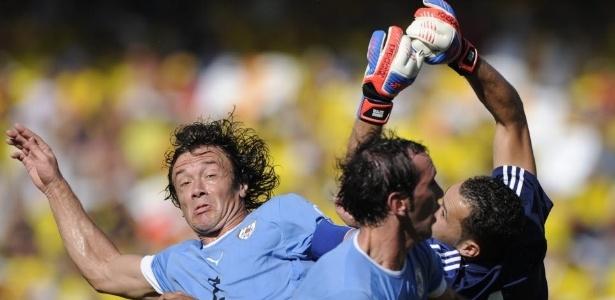 Diego Lugano, ex-São Paulo, não evitou a derrota do Uruguai por 4 a 0 para a Colômbia