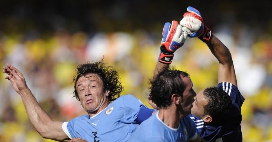 Diego Lugano, ex-São Paulo, disputa bola na área da Colômbia. Zagueiro não evitou a derrota do Uruguai por 4 a 0