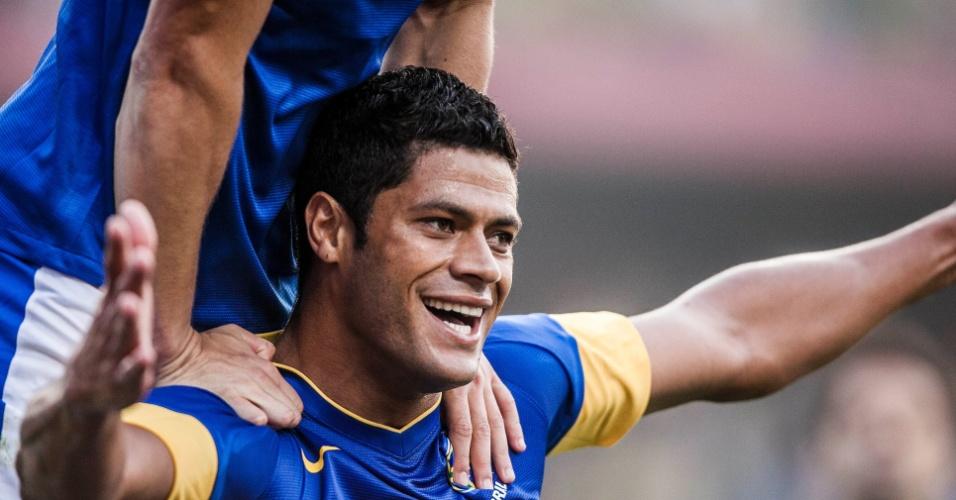 Hulk é festejado após marcar o gol da seleção brasileira