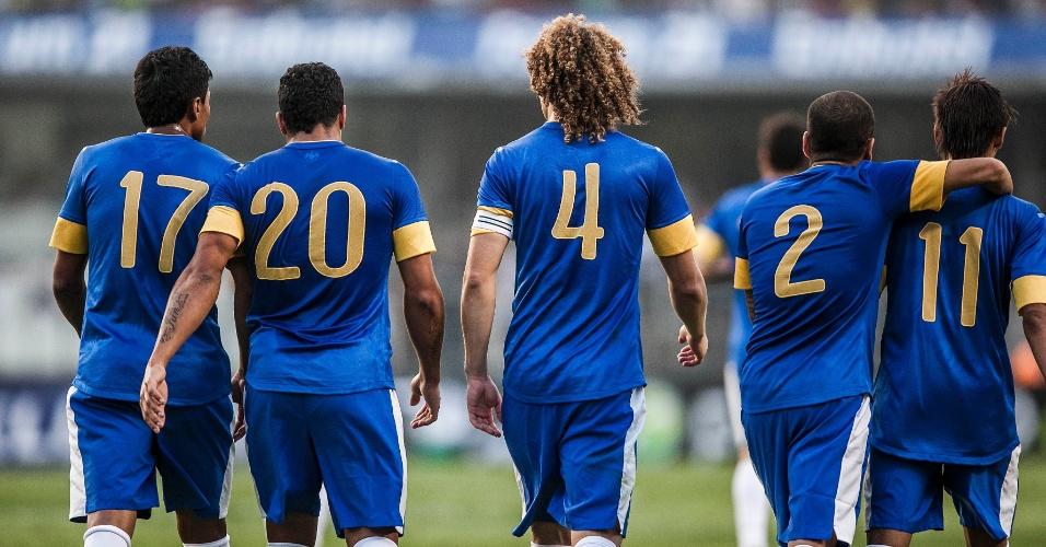 Jogadores da seleção brasileira celebram o gol marcado por Hulk contra a África do Sul