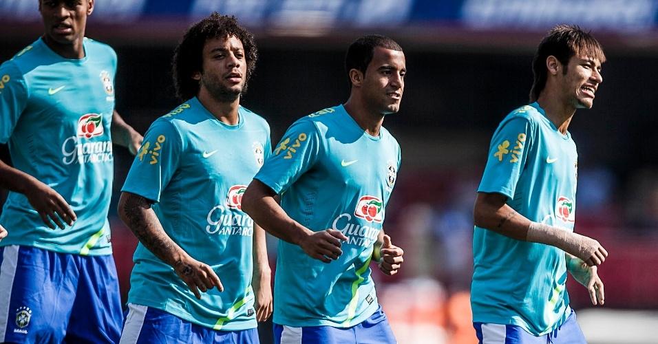 Jogadores da seleção brasileira fazem aquecimento para duelo contra a África do Sul