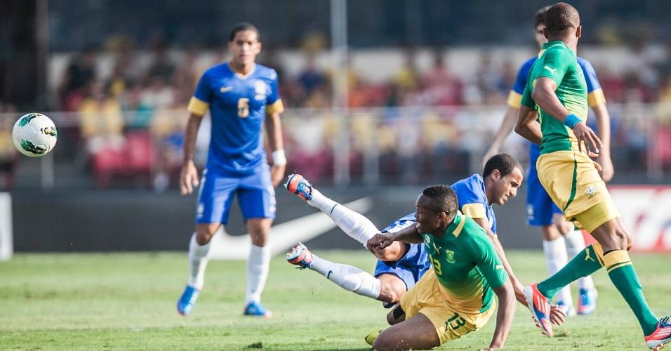 Lucas, da seleção brasileira, cai após dividida com jogador da África do Sul