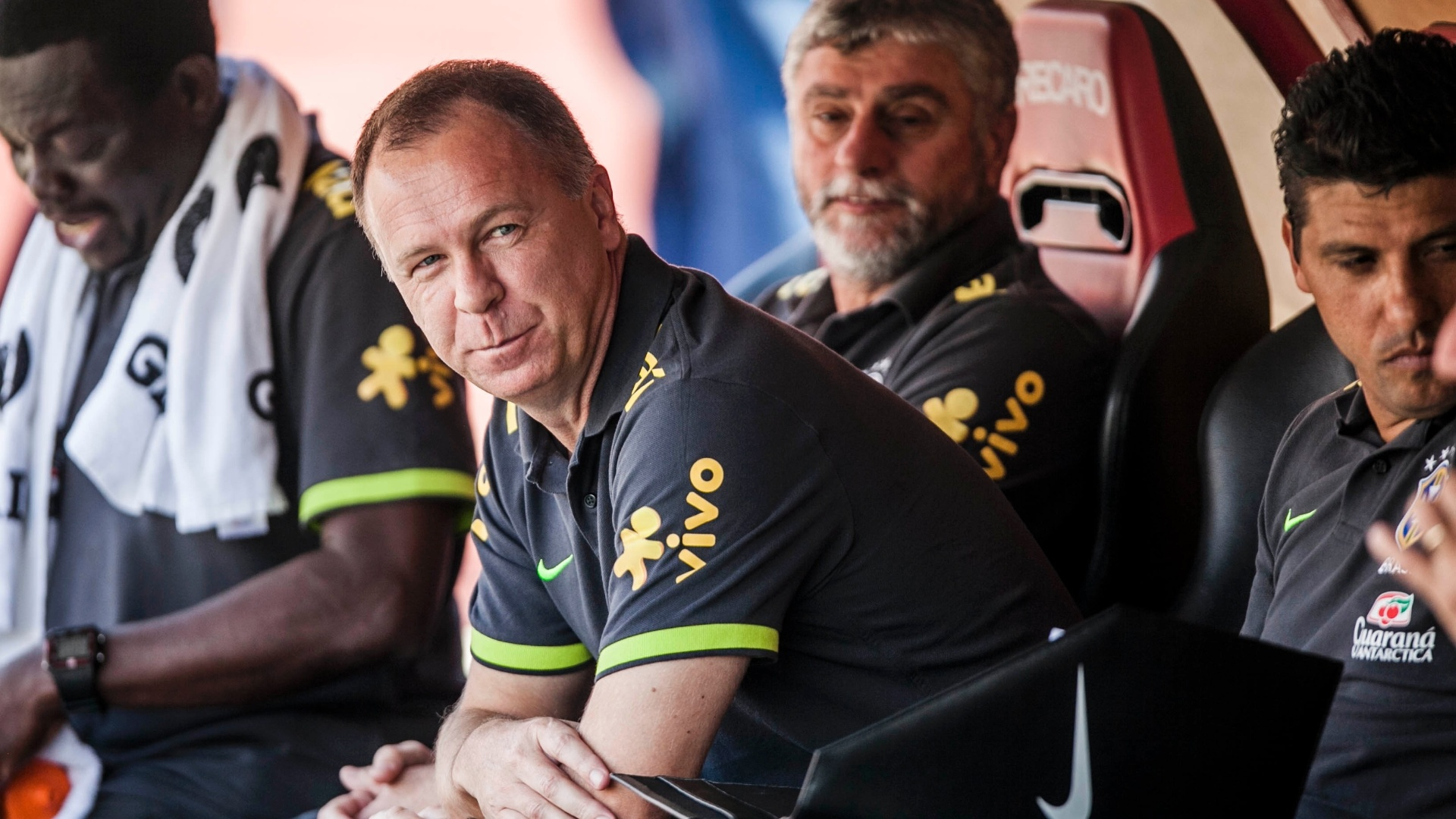 Mano Menezes, técnico da seleção brasileira, se acomoda no banco de reservas antes de jogo contra a África do Sul