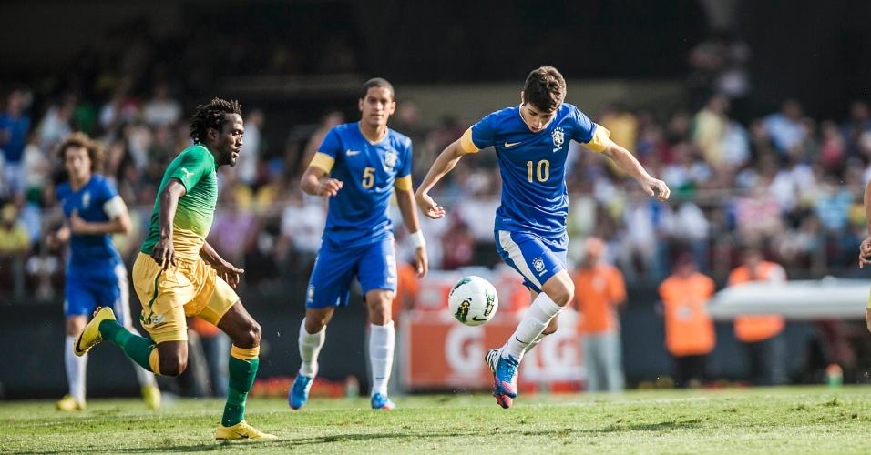 """Meia Oscar conduz a bola durante partida do Brasil contra a África do Sul; seleção foi vaiada no Morumbi e torcida gritou """"Olé"""" para rivais"""