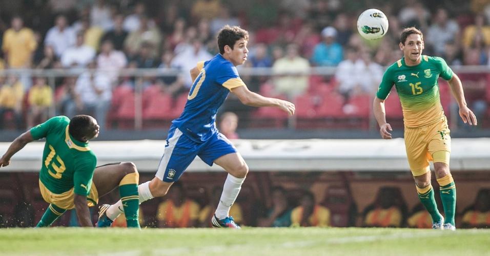 Meia Oscar, da seleção brasileira, tenta alcançar a bola durante jogo contra a África do Sul