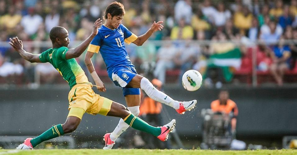 Neymar briga pela posse da bola com jogador da África do Sul