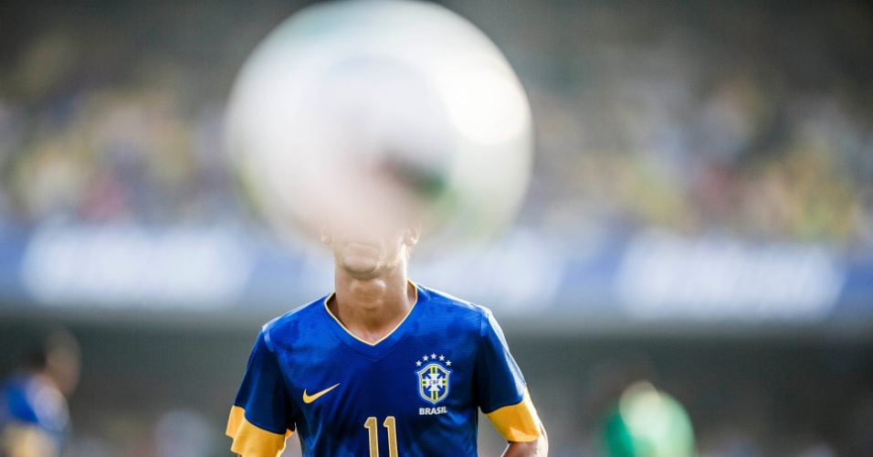 Neymar observa a bola durante amistoso da seleção brasileira contra a África do Sul