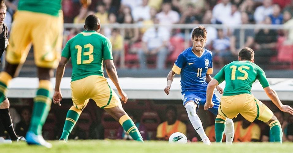 Neymar parte para cima de marcador durante amistoso Brasil x África do Sul
