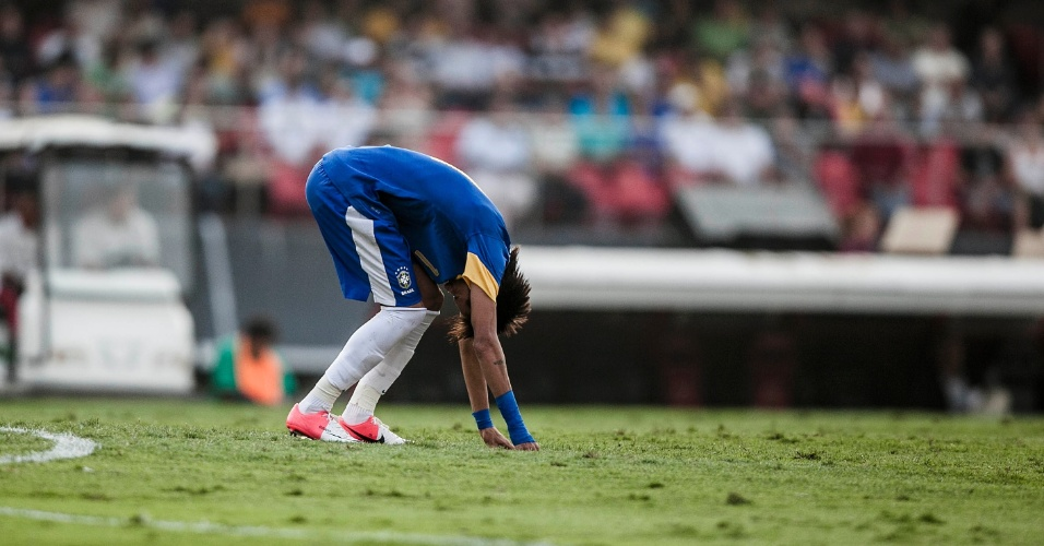 Neymar se levanta após errar finalização durante jogo do Brasil contra a África do Sul