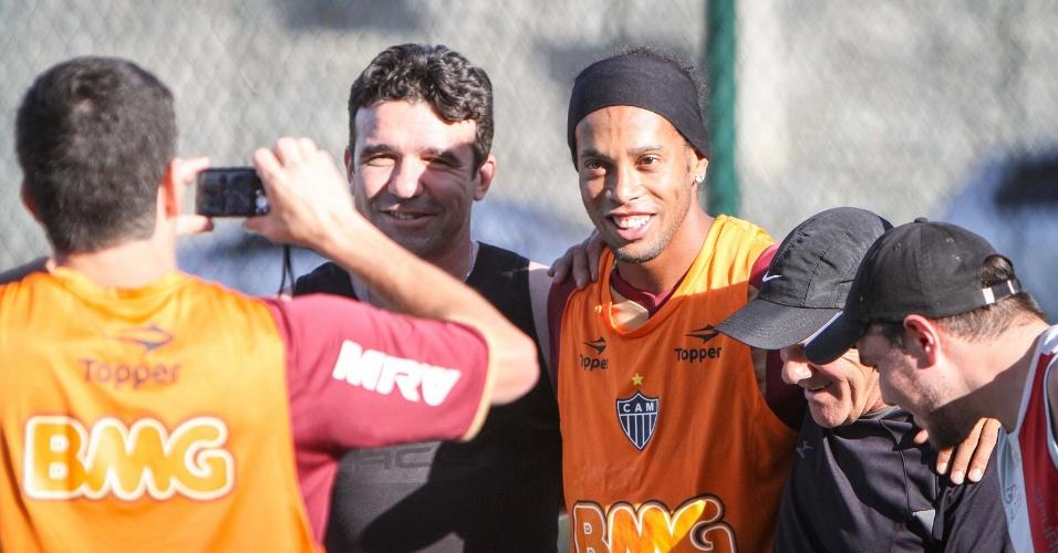Ronaldinho Gaúcho tira fotos com admiradores na Cidade do Galo (7/9/2012)