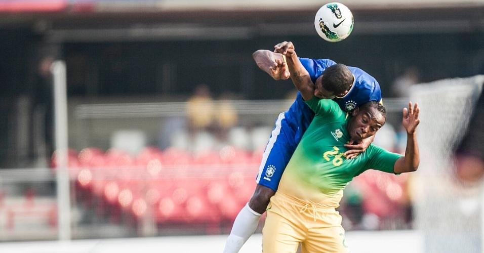 Sul-africano recebe a marcação do zagueiro brasileiro durante amistoso