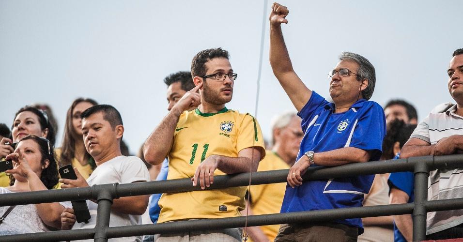 Torcedor faz sinal negativo durante jogo da seleção contra a África do Sul