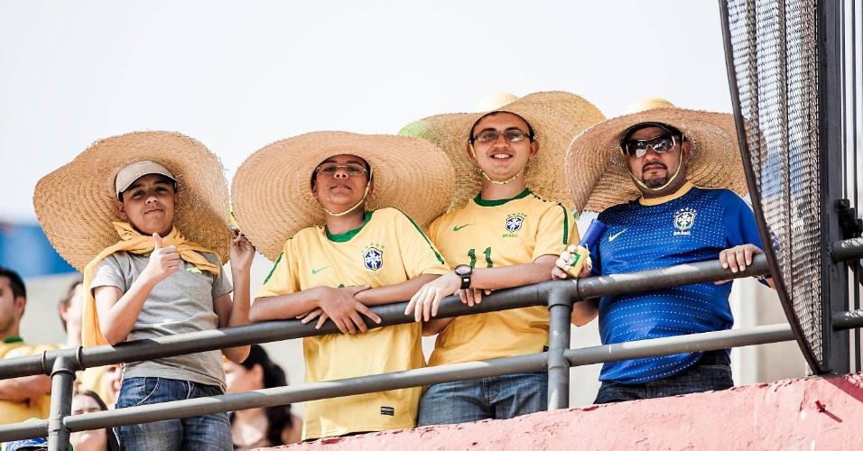 Torcedores brasileiros usam 'sombreiros' para o jogo da seleção contra a África do Sul