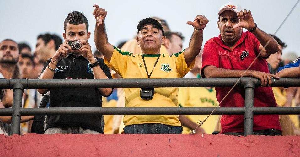 Torcedores fazem sinal de negativo durante jogo da seleção brasileira