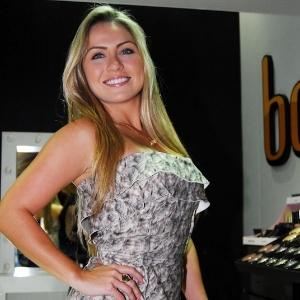 A ex-BBB Renata Dávila posa para fotos na Beauty Fair em São Paulo (8/9/12)