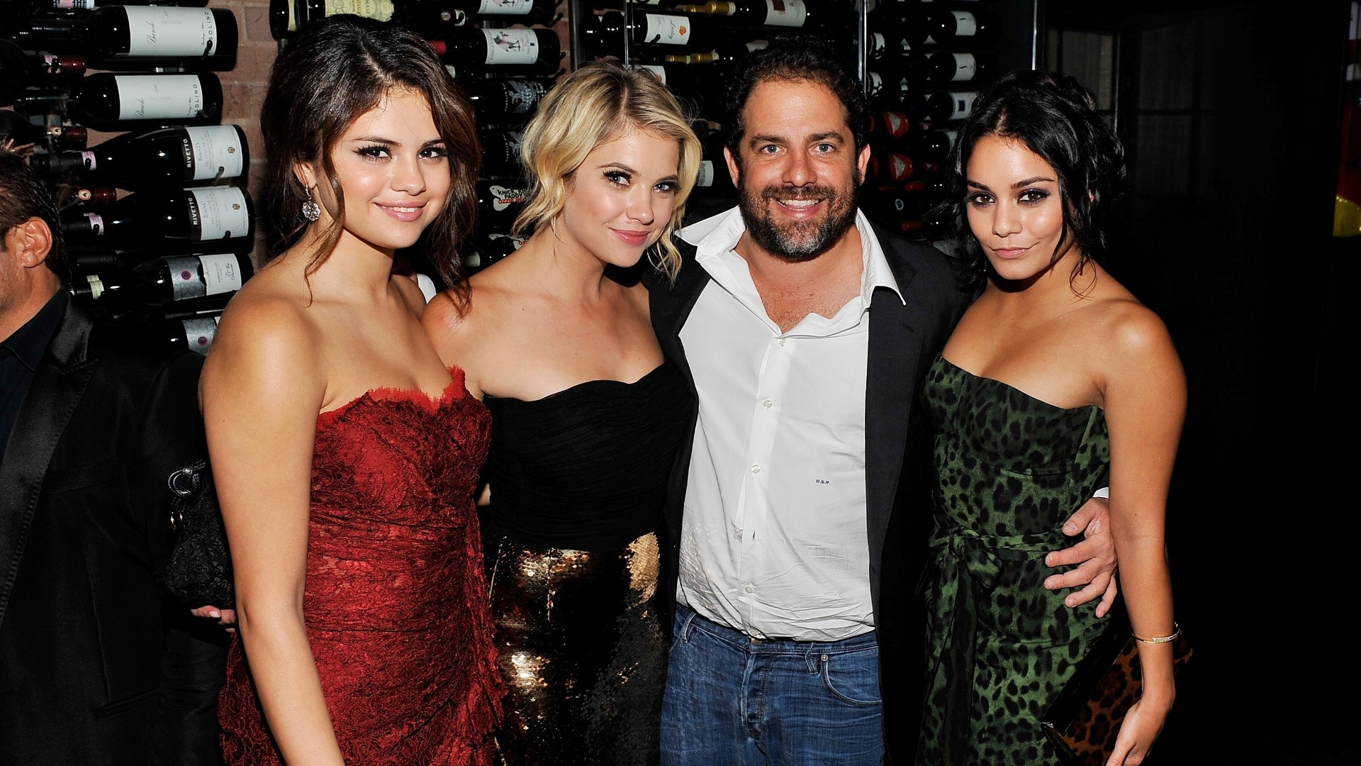 As atrizes Selena Gomez, Ashley Benson e Vanessa Hudgens (da esq para dir) abraam o diretor Brett Ratner durante um jantar de comemorao do filme 