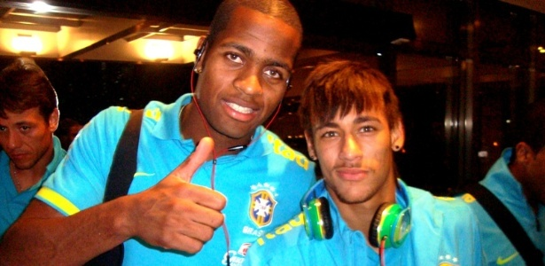 Ded e Neymar posam para a foto na chegada da seleo brasileira ao hotel em Recife