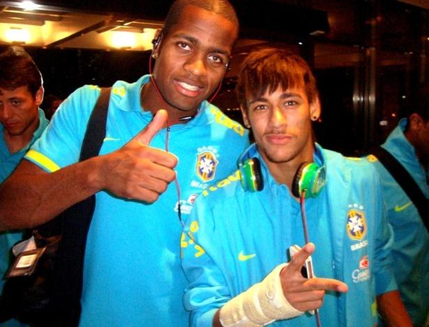 Dedé e Neymar posam para a foto na chegada da seleção brasileira ao hotel em Recife