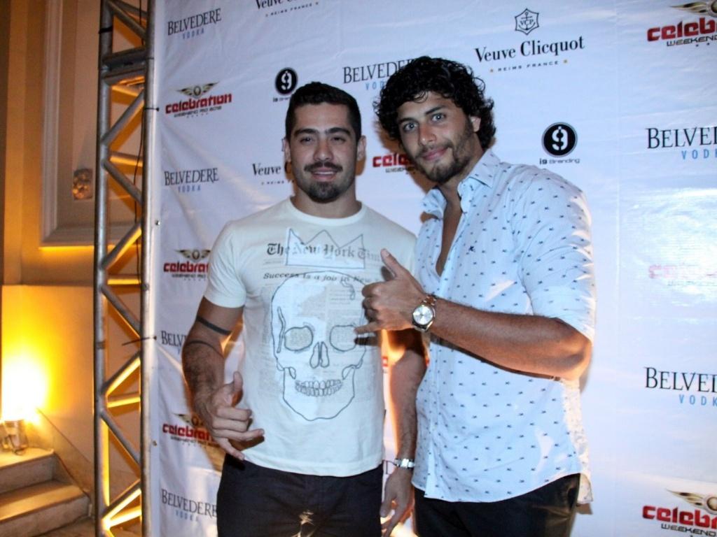 Ex-BBB Yuri e o modelo Jesus Luz curtem festa no Copacabana Palace