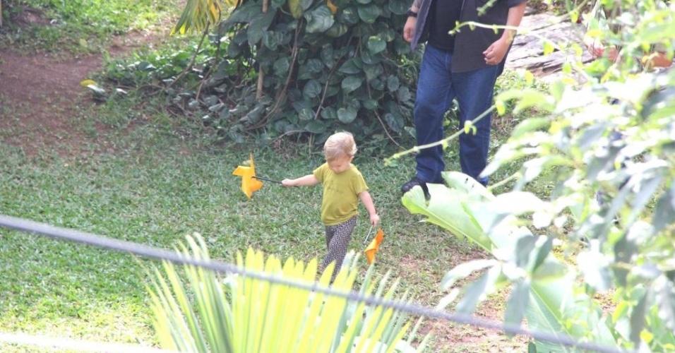 Filho de Alanis Morissette acompanha a mãe em ida à piscina no hotel do Rio de Janeiro (8/9/12). A cantora canadense está em turnê pelo Brasil.