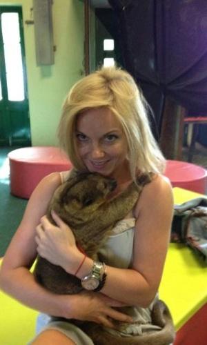 Geri Halliwell posta foto com filhote de jupará no colo