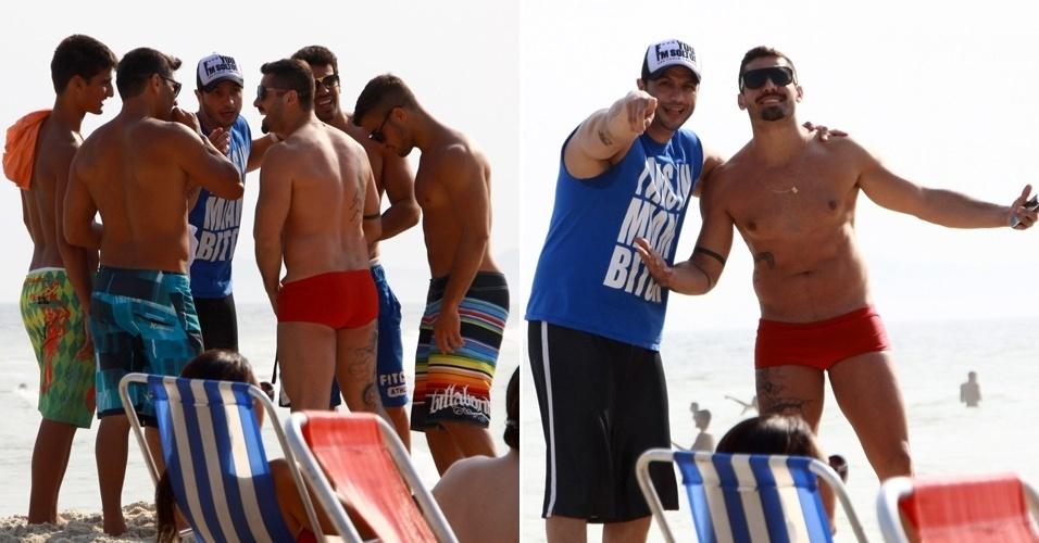 Os ex-BBB Yuri e Kléber Bambam se encontrar em praia do Rio (8/9/12)