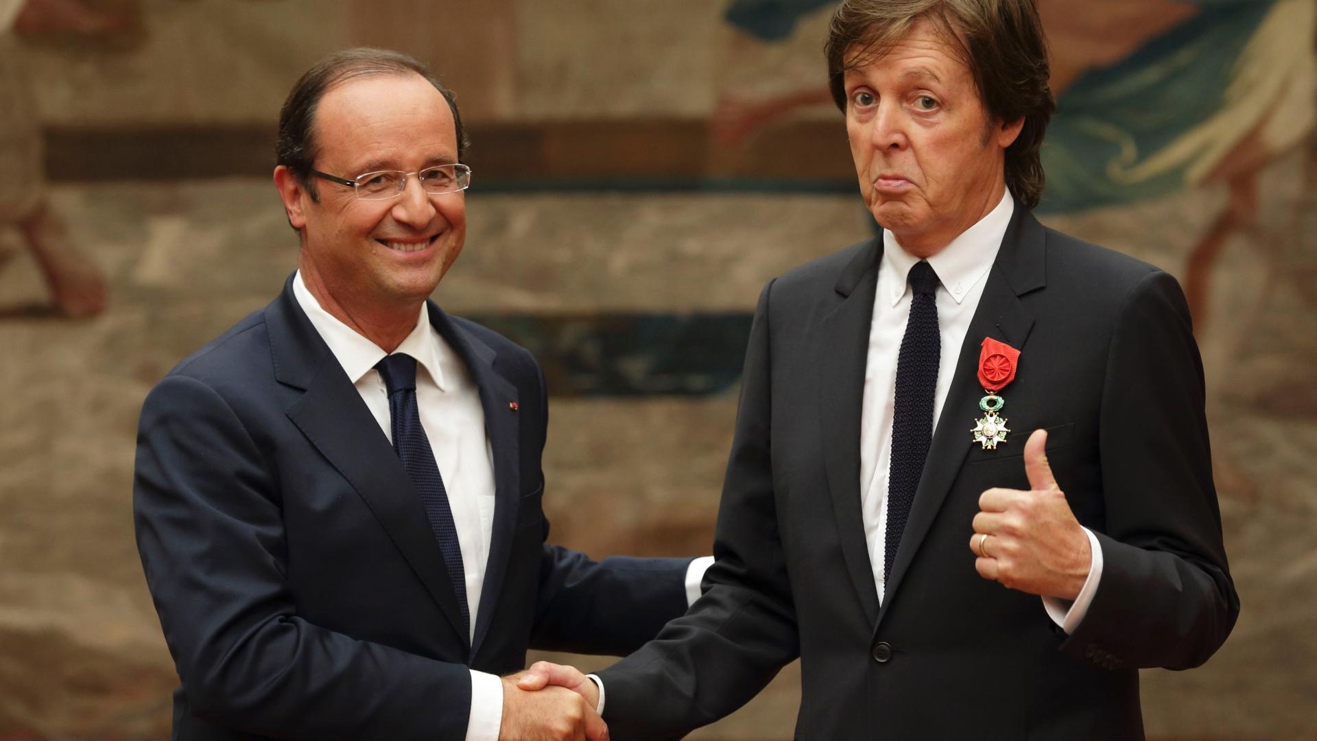 Paul McCartney é condecorado por sua carreira pelo presidente francês François Hollande