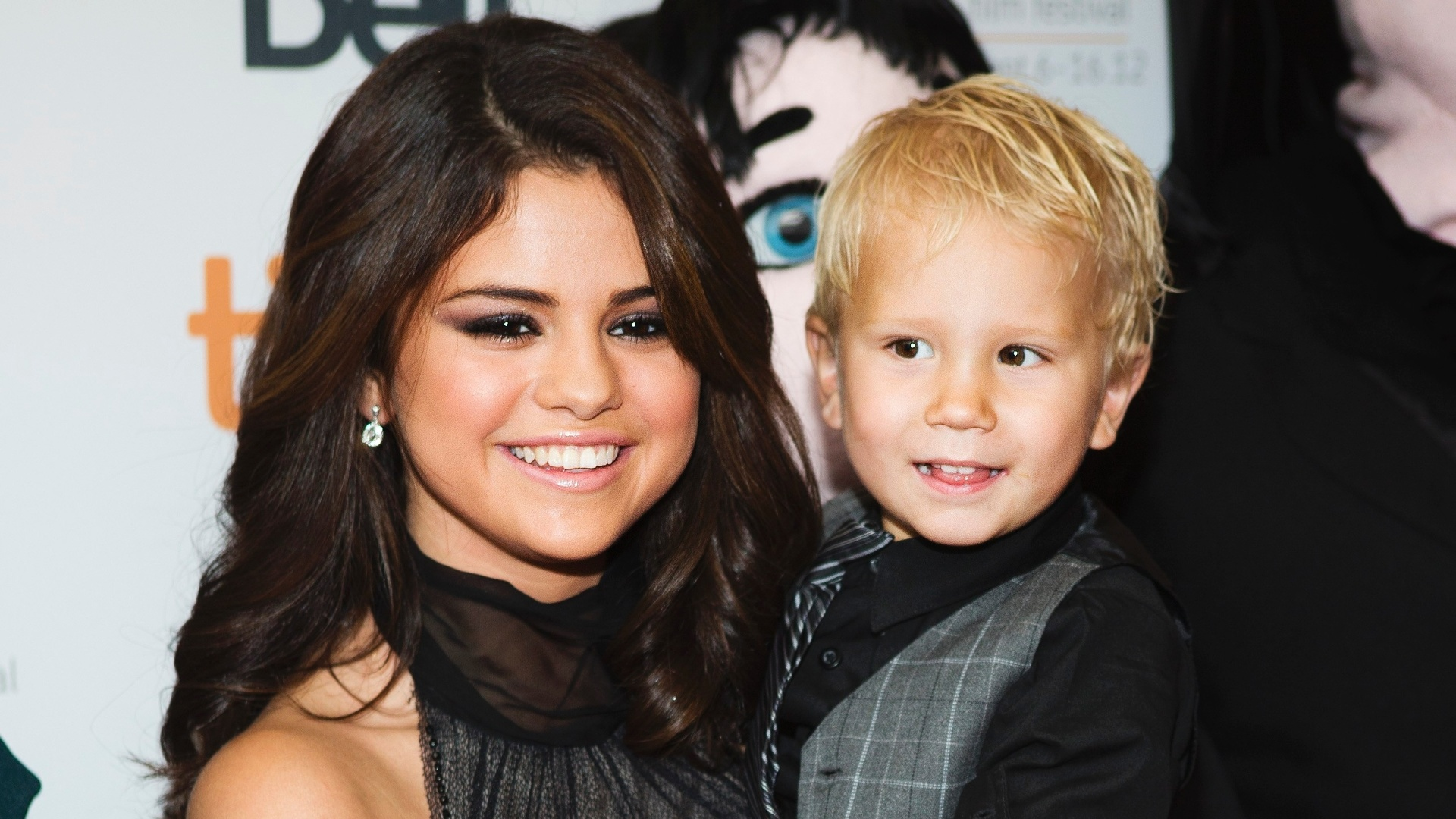 Selena Gomez segura o cunhado, Jaxon Bieber, na pr-estreia do filme 