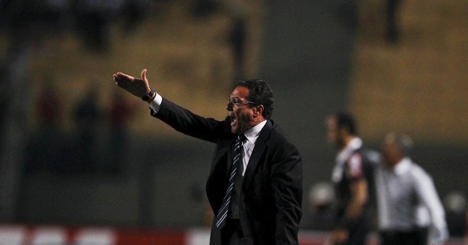 Vanderlei Luxemburgo gesticula no banco de reservas durante a derrota por 3 a 1 para o Corinthians