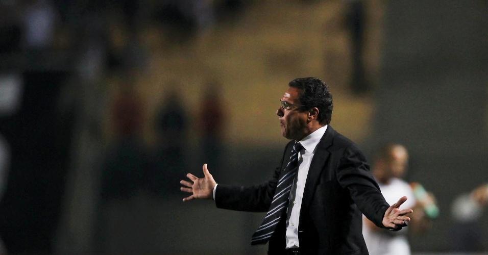 Vanderlei Luxemburgo passa instruções aos jogadores do Grêmio durante a derrota para o Corinthians por 3 a 1
