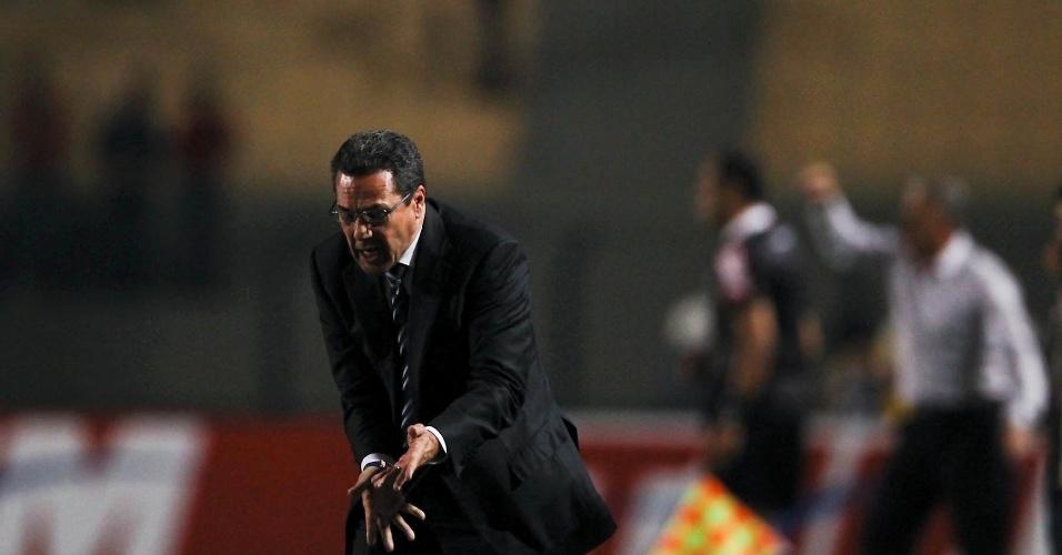 Vanderlei Luxemburgo se irrita durante a derrota do Grêmio por 3 a 1 para o Corinthians