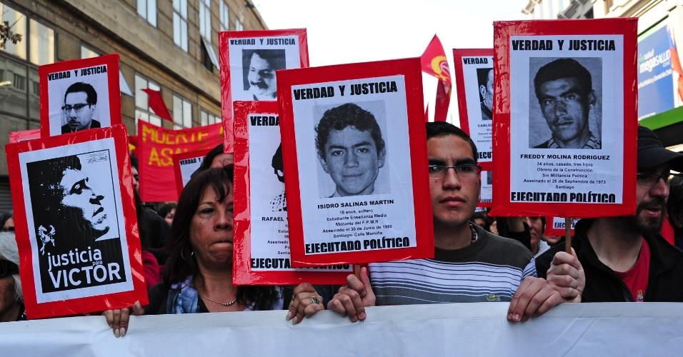 9.set.2012 - Ativistas dos Direitos Humanos do Chile participam da passeata neste domingo (9), em memória dos detidos e desaparecidos da ditadura de Augusto Pinochet, no 39° aniversário do golpe que derrubou Salvador Allende no dia 11 de setembro de 1973