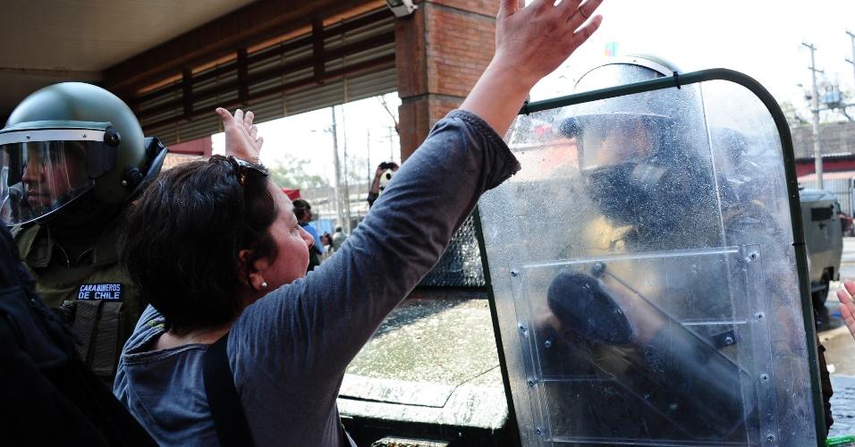 9.set.2012 - Manifestante confronta polícia durante passeata neste domingo (9), em memória dos detidos e desaparecidos na ditadura de Augusto Pinochet, no 39° aniversário do golpe que derrubou Salvador Allende no dia 11 de setembro de 1973