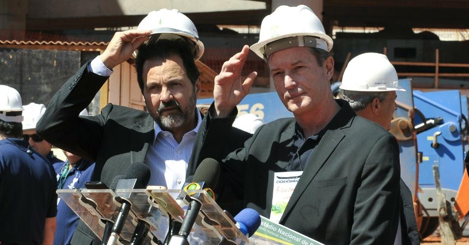 Agnelo Queiroz (esq), governador do Distrito Federal, e Fulvio Danilas, diretor do escritório da Fifa no Brasil, conversaram com a imprensa durante visita ao Mané Garrincha