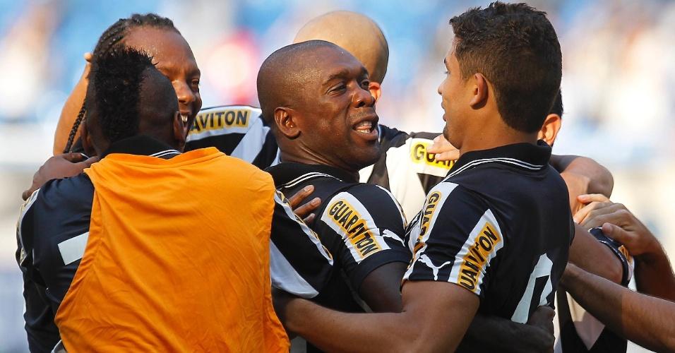 Elkeson comemora gol do Botafogo contra o Náutico com Seedorf