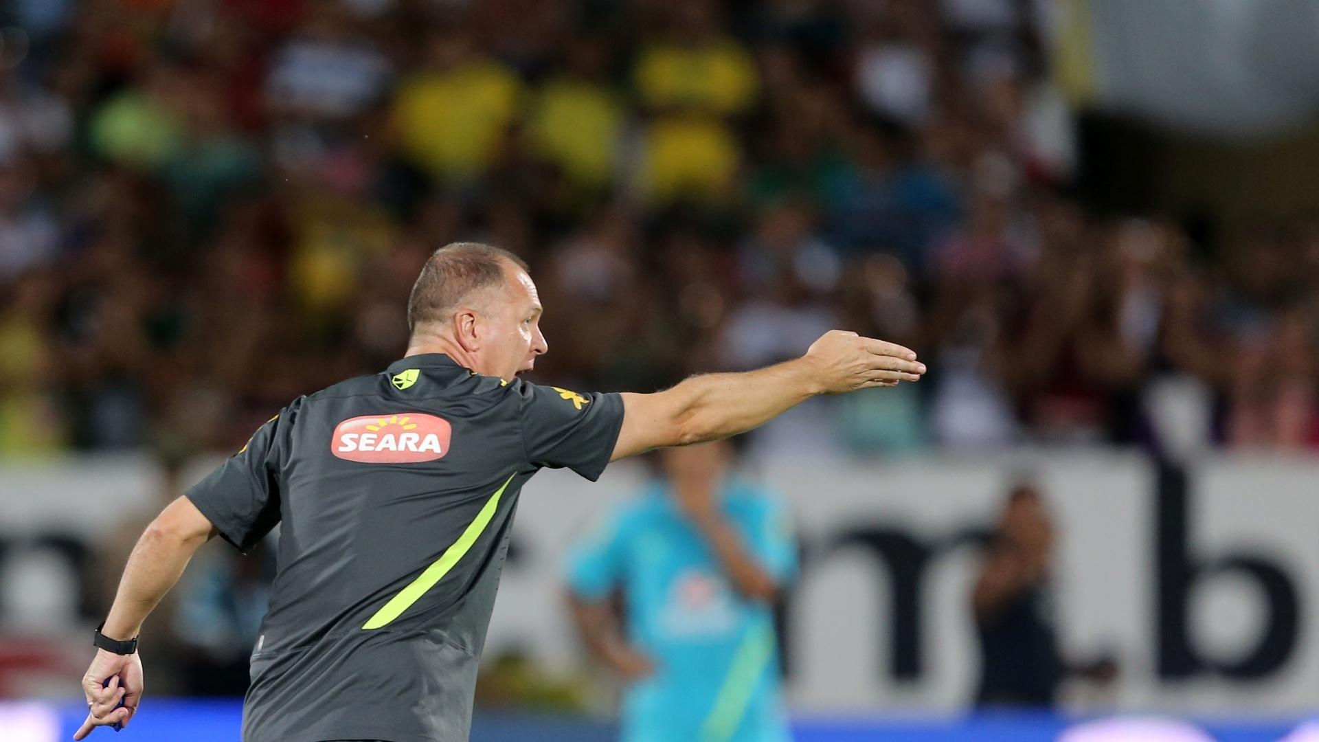 Mano Menezes sinaliza para o time durante atividade no Recife