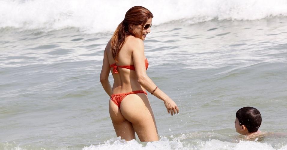 Nivea Stelmann curte praia com o filho Miguel na Barra da Tijuca (9/9/2012)