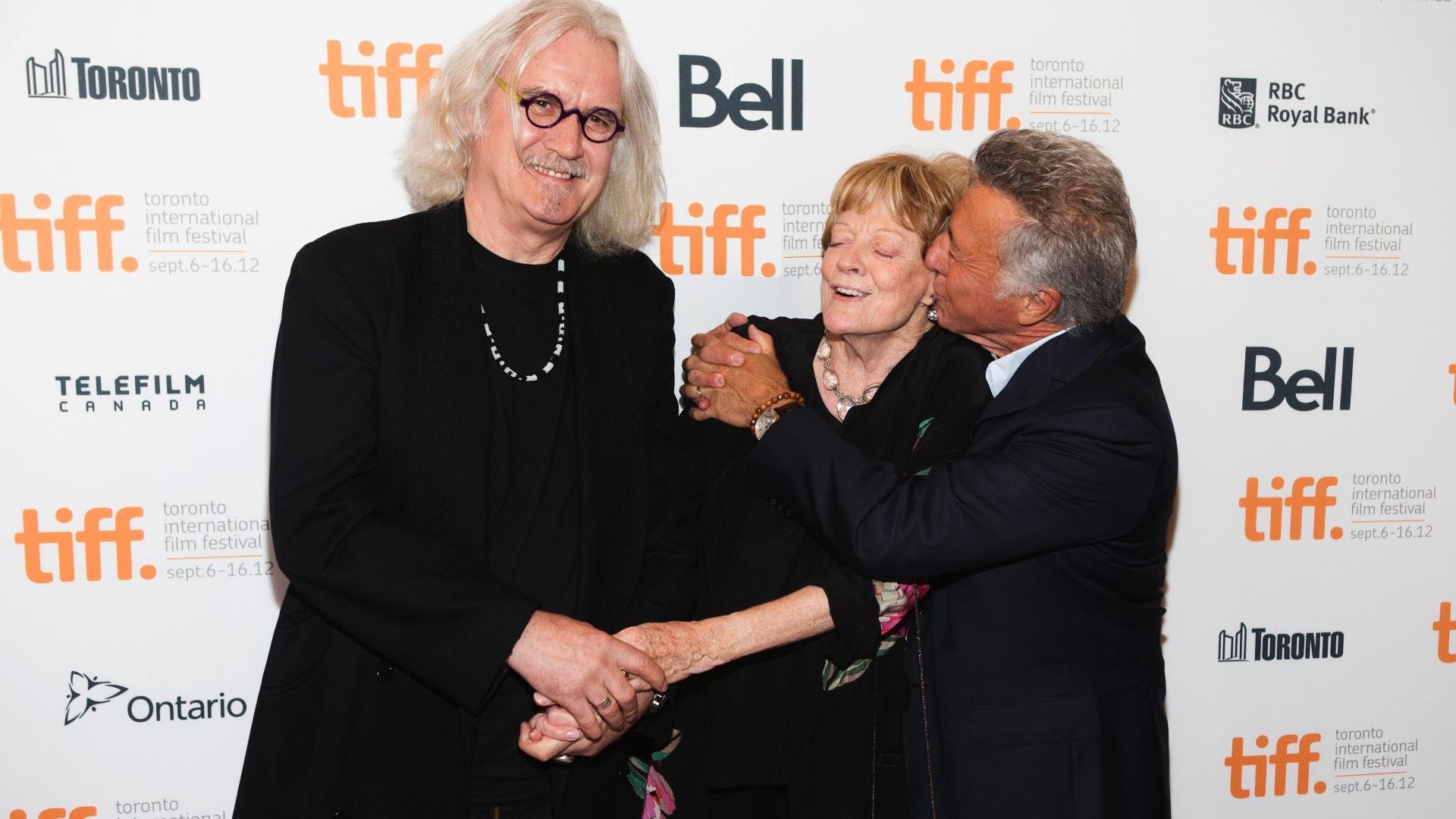 O ator Bill Connolly (à esq), Maggie Smith e o ator e diretor Dustin Hoffman posam no tapete vermelho antes da exibição de gala do filme