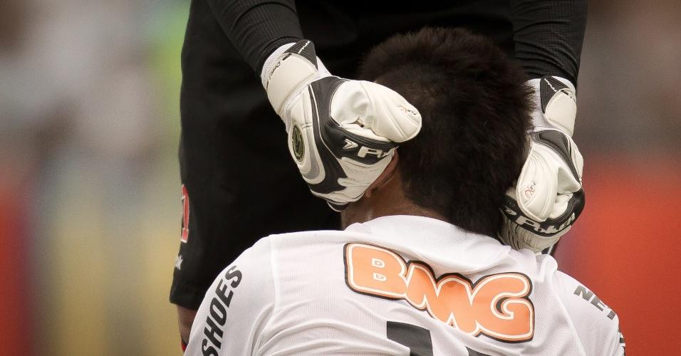 Rogério Ceni ajuda Felipe Anderson a levantar no gramado da Vila Belmiro