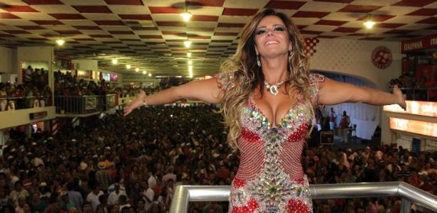 """Vencedora de """"A Fazenda 5"""", Viviane foi recebida com festa na quadra da escola em que é rainha de bateria"""