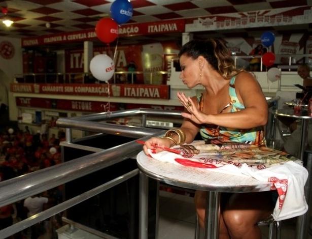 Viviane Araújo participa de tarde de autógrafos na quadra do Salgueiro, no Rio de Janeiro (9/9/12)