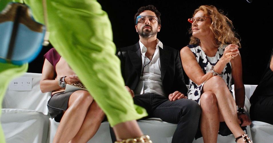 9.set.2012 - Sergey Brin (esquerda), cofundador do Google, e a estilista Diane Von Furstenberg (direita) usam óculos Google Glass durante ensaio para desfile na semana de moda de Nova York. O evento foi utilizado para mostrar as funções do protótipo Google. O acessório permite tirar fotos com uma câmera acoplada na armação