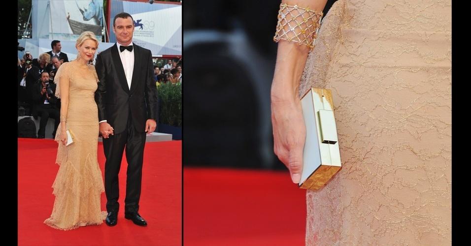 A clutch quadrada Lanvin, com um lado azul bebê e o outro   mostarda se ascendeu no look todo nude de Naomi Watts