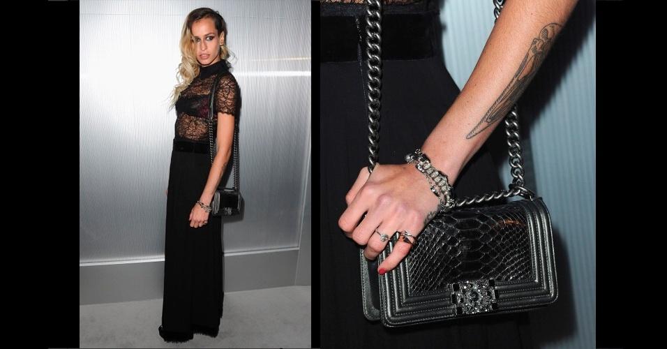 A modelo inglesa e ícone de estilo Alice Dellal usa a bolsa