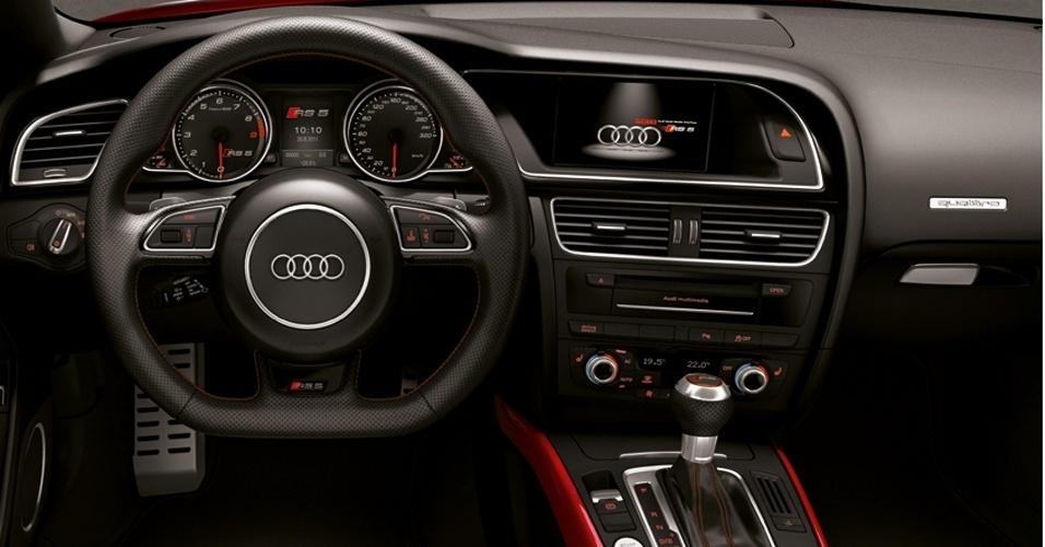 Ainda no interior do RS5: revestir o volante e a alavanca de câmbio do esportivo com couro Alcântara custa R$ 6.053,60 -- a opção sai mais cara do que uma Honda Biz 2012 (R$ 5.100)