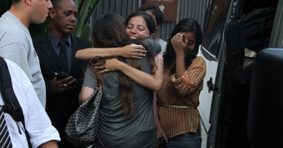 Alanis Morissette cumprimenta fãs durante passagem pelo Rio de Janeiro para turnê de seu novo álbum (8/9/12)