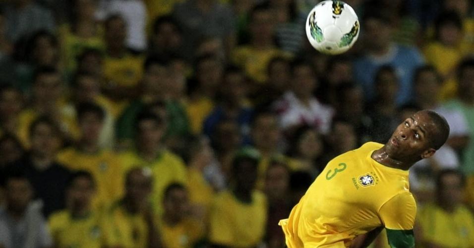 Dedé, zagueiro do Vasco e da seleção, mata bola no peito durante amistoso contra a China no Recife (10/09/20121)