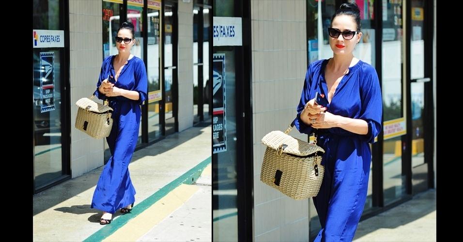Dita Von Teese é frequentemente vista com uma bolsa de vime   bege, com alça de couro e cadeado. O modelo favorito da artista burlesca é da marca italiana Dolce & Gabbana e possui design vintage e campestre